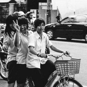 自転車に三人乗りしていた女の子