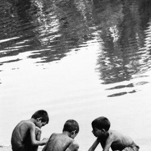 水辺の男の子たち