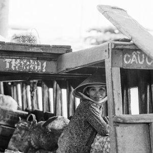 貨物船の中の女性