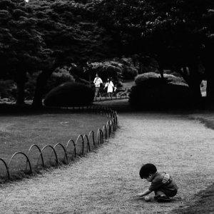 真珠御苑の小径で遊ぶ男の子