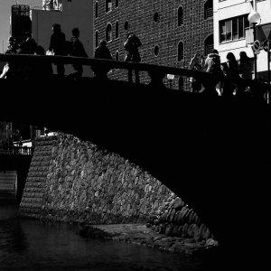眼鏡橋の上のシルエット