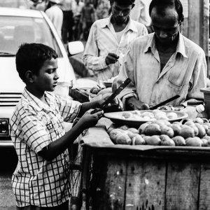 道端で果物を売る人びと