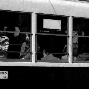 路面電車の中の女