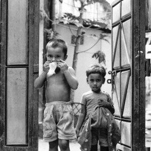 門の前に立つ子ども