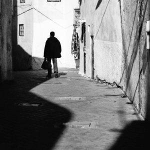 ひとりで路地を歩く男