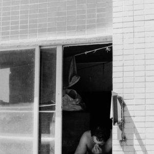 建物の中で読書する男