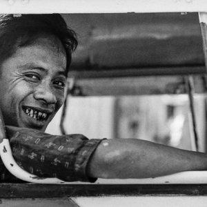 荷台の上で笑う男