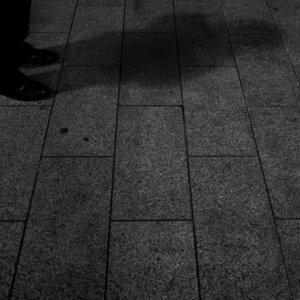 立ち止まった男の影