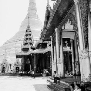 シュエダゴォン・パヤーの仏塔の近くで休憩する人々