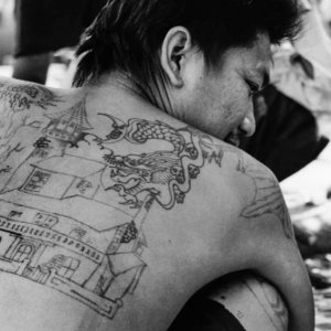 背中に大きな刺青のある男