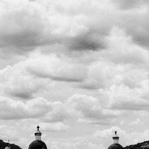 雲の下の尖塔