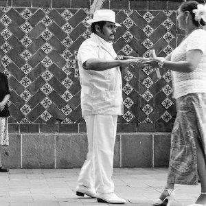 真剣に踊るカップル
