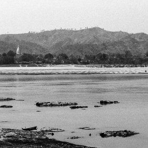 エーヤワディ川と仏塔