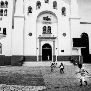 聖マルコ大聖堂の前の子どもたち