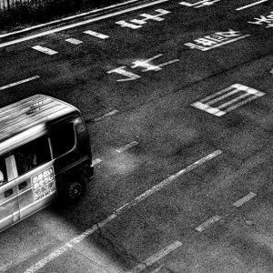 大通りを走る車
