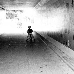 トンネルの中の幼い男の子