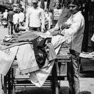 路上で服を売る男