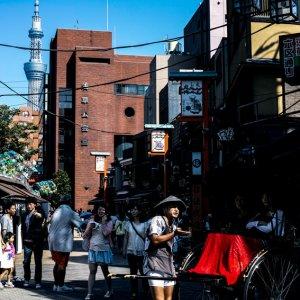 浅草の観光案内する車夫