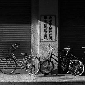 シャッターの前の自転車