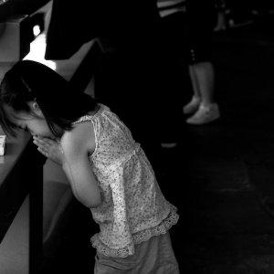 浅草寺でお祈りする女の子