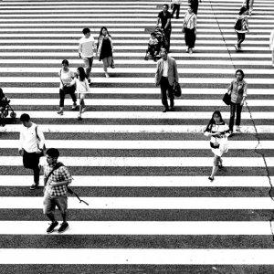大通りを渡る人びと
