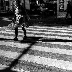 横断歩道を歩く女性
