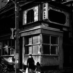 古めかしい建物の前に立つ親子
