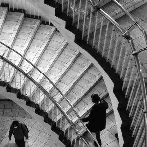 階段とふたりの人影