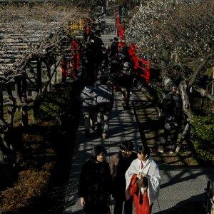 亀戸天神社の参道を歩く人びと