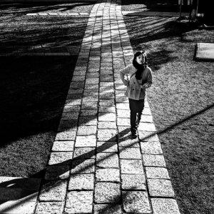 神社の参道を歩く女性