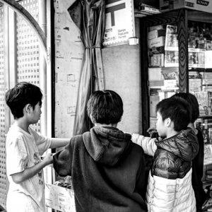 おもちゃ屋にいた男の子たち