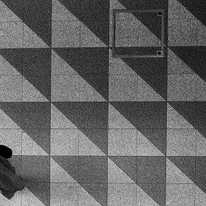 地面に描かれた三角形のデザイン