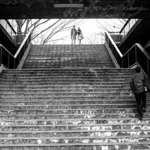 階段の上のカップル