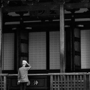 本堂の前に立つ男