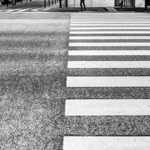 道の向こう側の人影