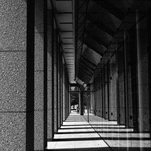 四角い柱とその影