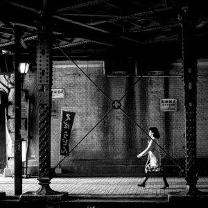 ガード下を歩く女性