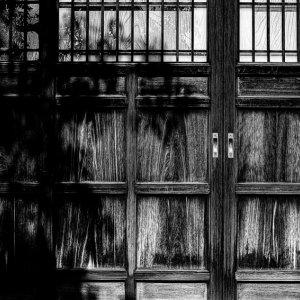 木の扉に落ちた影