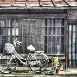 古い家屋と自転車