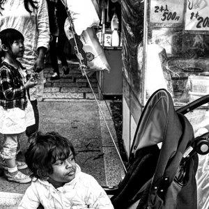 ベビーカーの乗った幼い女の子