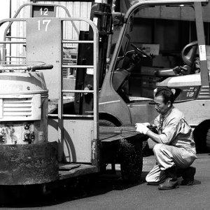 ターレーを修理する男