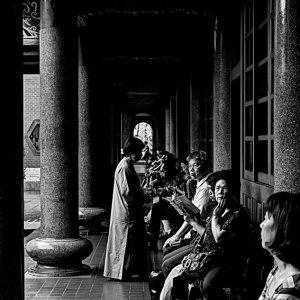 回廊に腰掛けた参拝客