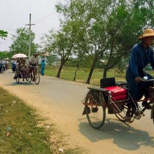走っている自転車タクシー