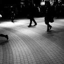 緩やかな斜面を歩く三人の人影