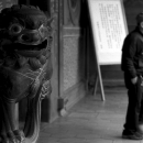 保安宮の狛犬と人