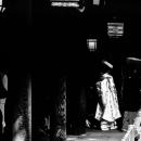 薄暗い廊下を歩く花嫁