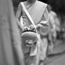 托鉢の鉢を抱えて歩く僧侶