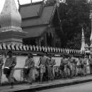 托鉢をする僧侶の行列