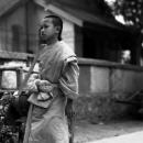 裸足で歩く幼い僧侶