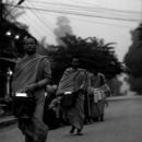 托鉢する僧侶たち